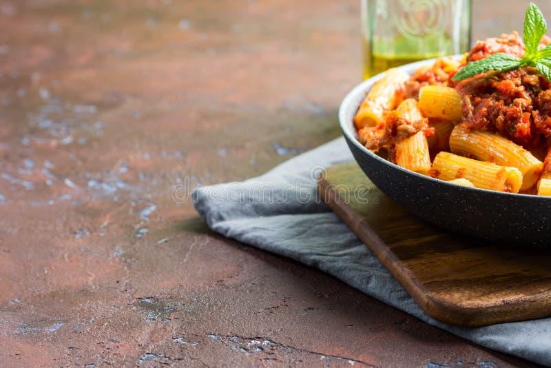 Pastas deliciosas del rigatoni con ragu de la carne del tomate imagen de archivo
