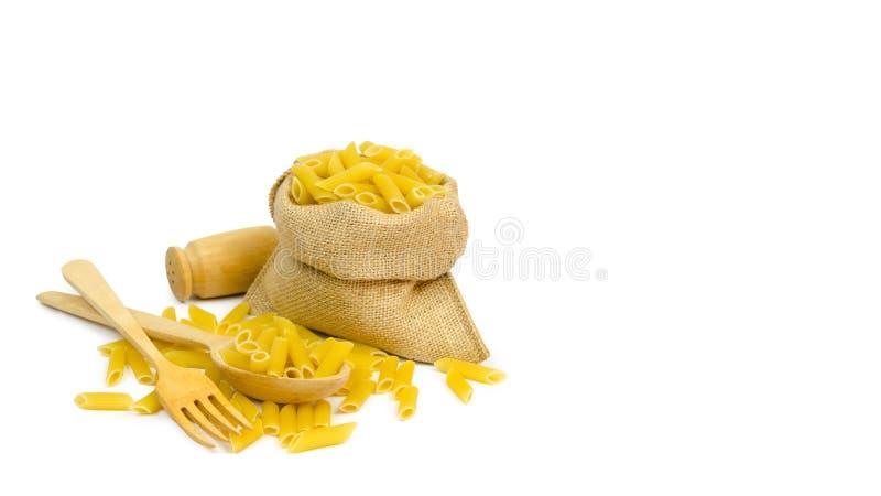 Pastas derramadas del trigo de trigo duro Consumición sana de la cocina italiana Aislado en el fondo blanco copie el espacio, pla imagen de archivo