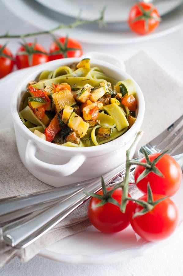 Pastas dietéticas con los tomates de la espinaca, del calabacín y de cereza imagenes de archivo
