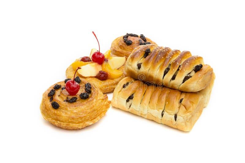 Pastas dinamarquesas com frutos isolados em fundo branco foto de stock royalty free