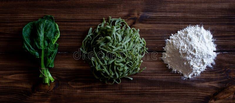 Pastas e ingredientes italianos para cocinar Fondo de madera Visi?n superior fotos de archivo