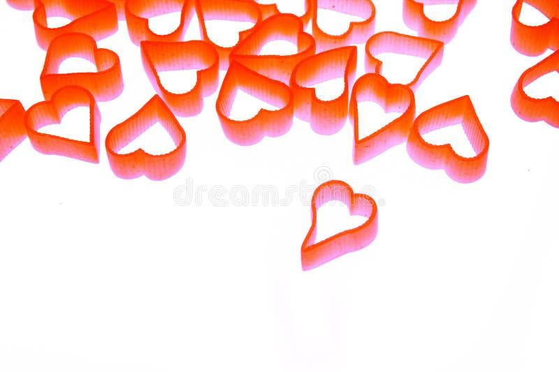 Pastas en forma del corazón en el fondo blanco imagenes de archivo