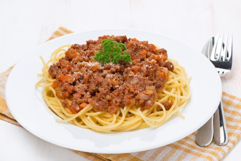 Pastas - espagueti boloñés en una placa blanca foto de archivo