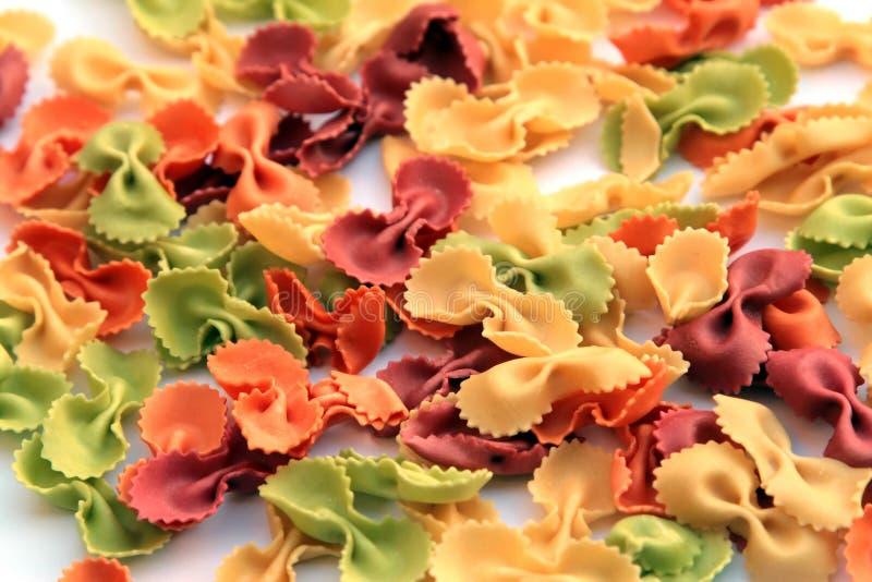 Pastas - farfalle coloreado imagen de archivo