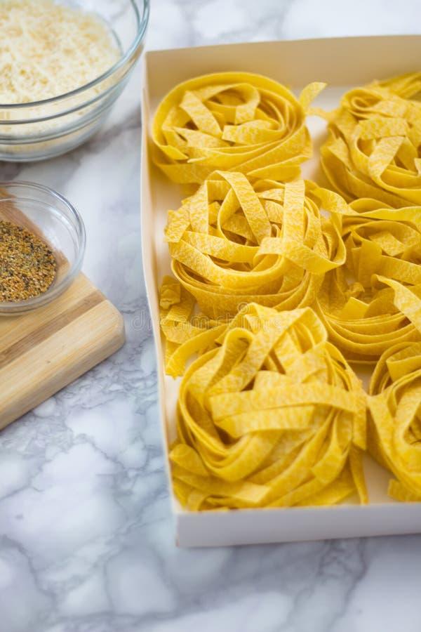Pastas hechas en casa del Fettuccine listas para ser cocinado fotos de archivo