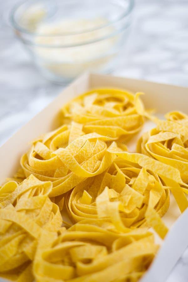 Pastas hechas en casa del Fettuccine listas para ser cocinado foto de archivo
