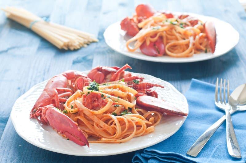 Pastas italianas cocinadas deliciosas con una salsa de la langosta imagenes de archivo