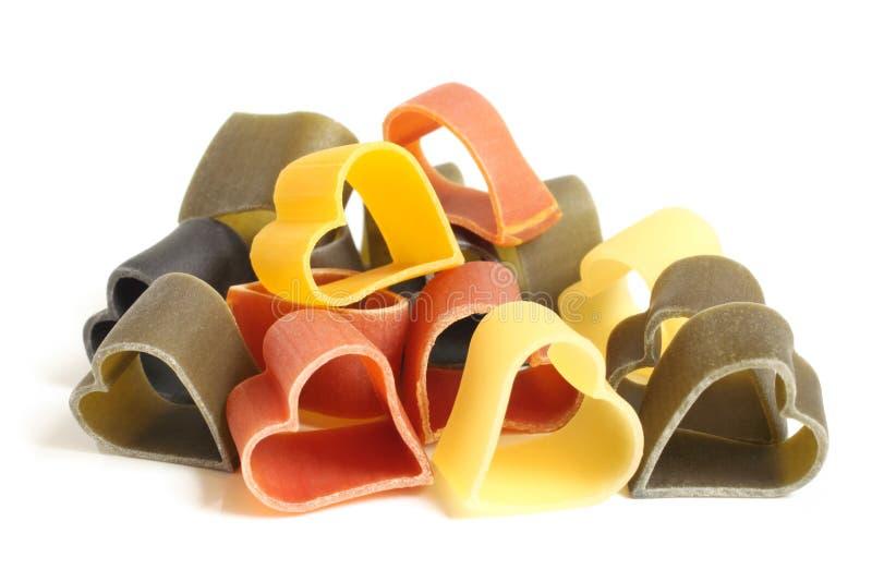 Pastas italianas coloreadas en forma de corazón fotografía de archivo libre de regalías