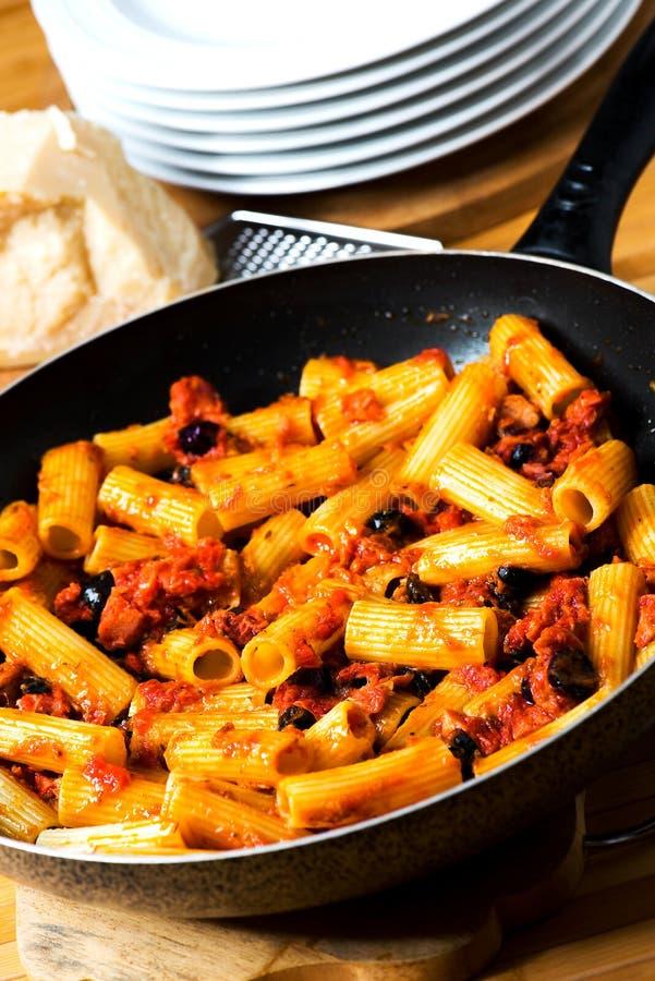 Pastas italianas con el tomate y las aceitunas negras imágenes de archivo libres de regalías