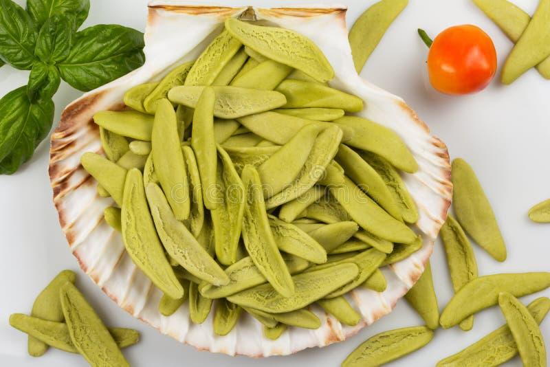 Download Pastas Italianas Con Espinaca En Una Concha Marina Imagen de archivo - Imagen de pimienta, espagueti: 44855085