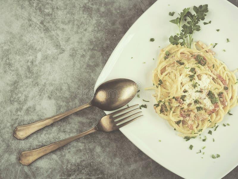 Pastas italianas con la salsa del carbonara fotos de archivo libres de regalías