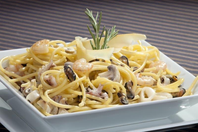 Pastas italianas con los mariscos fotografía de archivo