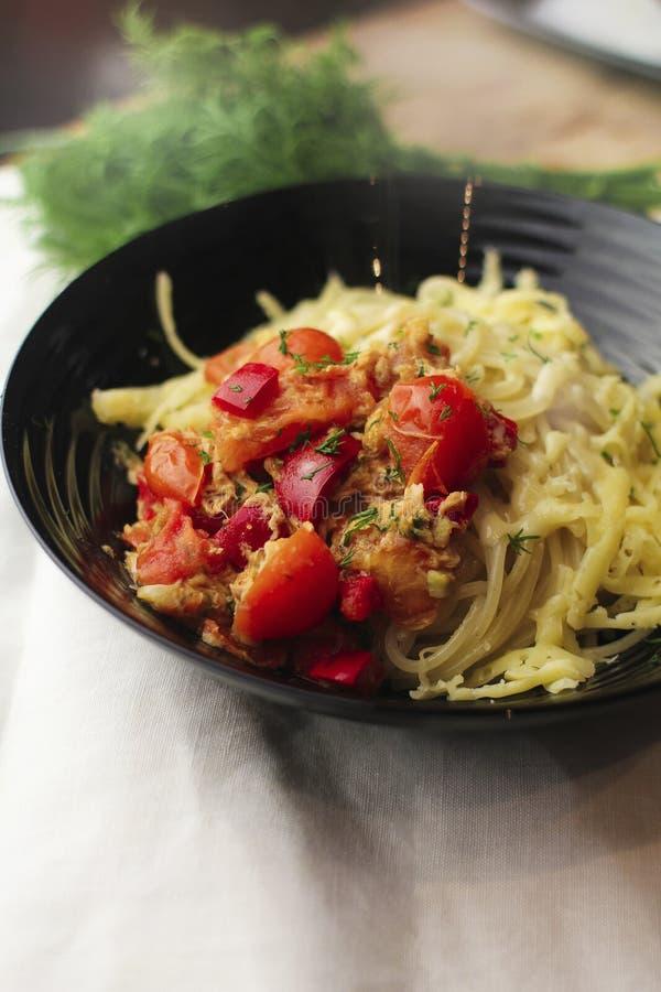 Pastas italianas con los tomates de cereza fotos de archivo