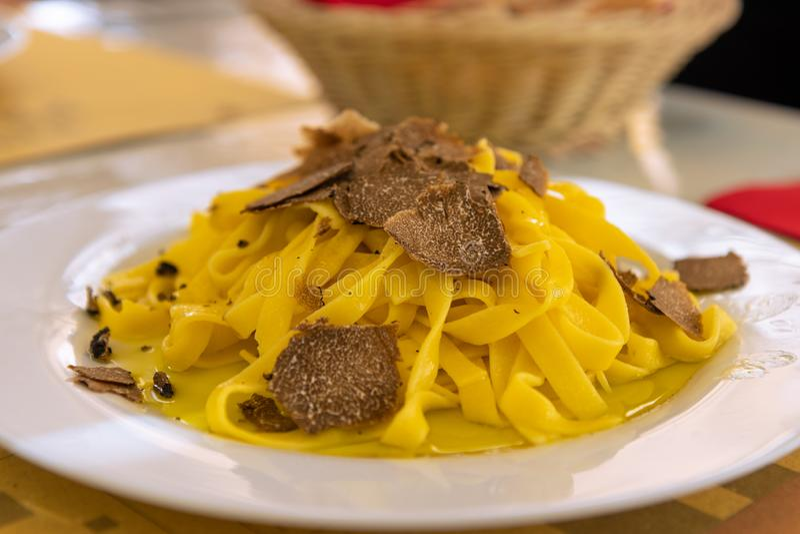 Pastas italianas del fettuccine con la trufa y el aceite de oliva negros imagenes de archivo