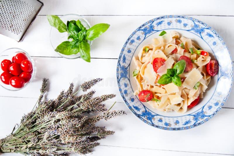 Pastas italianas del fettuccine con los tomates y el parmesano de cereza imágenes de archivo libres de regalías