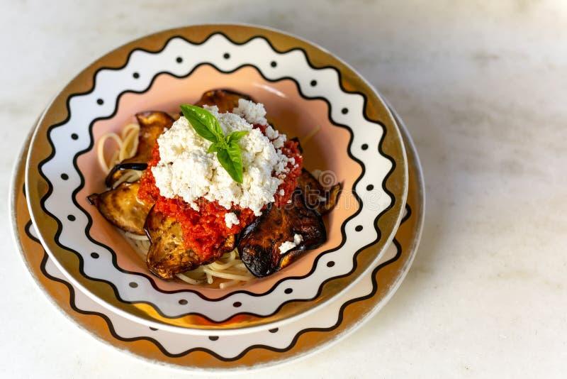 Pastas italianas del norma del alla de los espaguetis con las berenjenas y tomate y queso foto de archivo