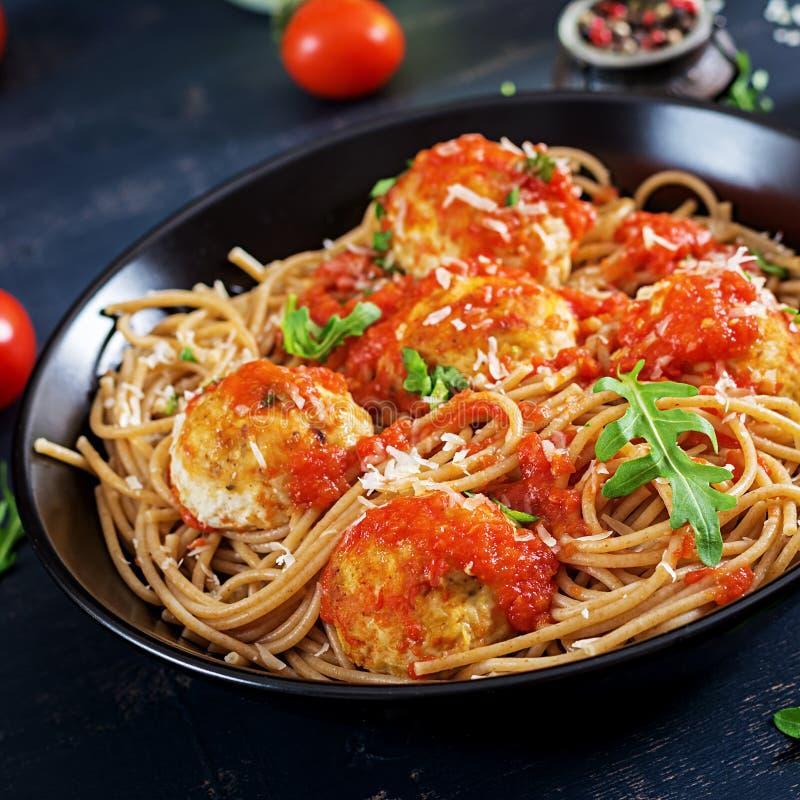 Pastas italianas Espaguetis con las albóndigas y el queso parmesano imagenes de archivo