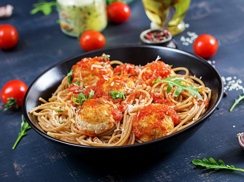 Pastas italianas Espaguetis con las albóndigas y el queso parmesano fotos de archivo libres de regalías