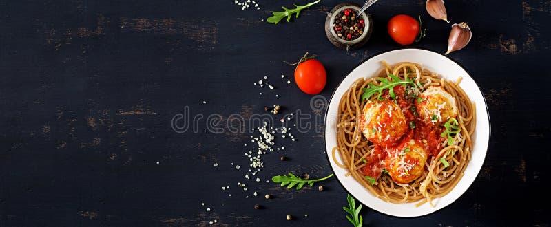 Pastas italianas Espaguetis con las albóndigas y el queso parmesano fotografía de archivo