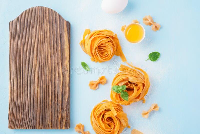 Pastas italianas que cocinan el fondo Tablero de madera, copyspace fotos de archivo
