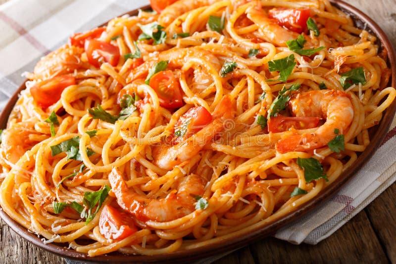 Pastas italianas sabrosas de los espaguetis con las gambas, el parmesano y las hierbas adentro foto de archivo libre de regalías
