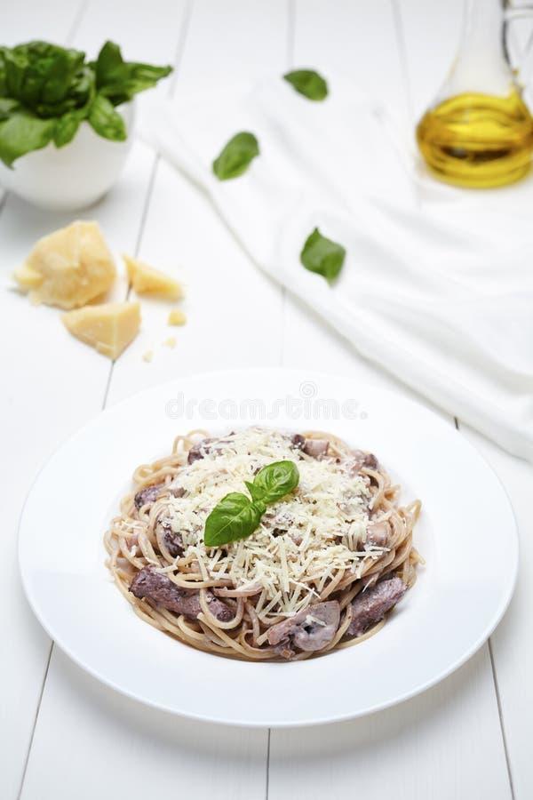Pastas italianas tradicionales de los espaguetis con la carne de vaca asada, setas, parmesano fotos de archivo