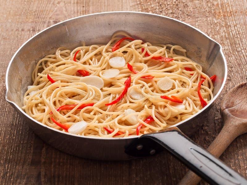 Pastas italianas tradicionales rústicas de los espaguetis de la ensaladilla del aglio imagen de archivo