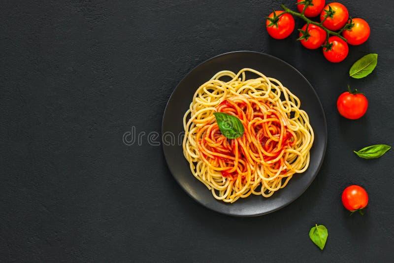 Pastas lassic italianas con salsa de tomate imagen de archivo