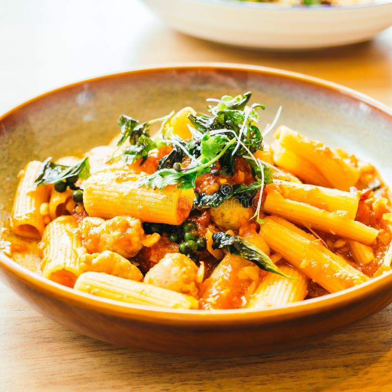 Pastas o espaguetis picantes con la salchicha foto de archivo libre de regalías