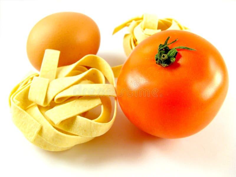 Pastas, tomate y huevo imagen de archivo
