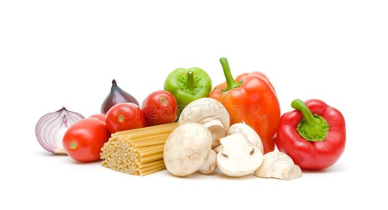 Pastas, verduras y setas en un primer blanco del fondo fotografía de archivo