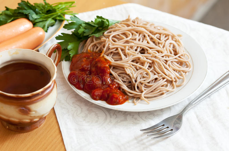 Pastas y salchichas de los espaguetis fotografía de archivo libre de regalías