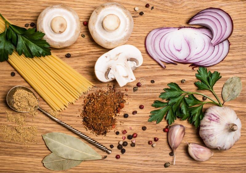 Pastasamling med nya ingredienser på träbakgrund pre arkivbild