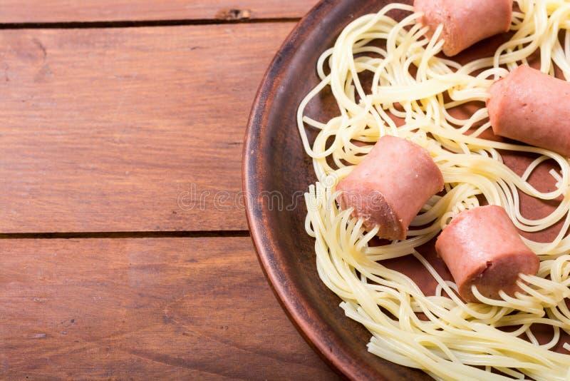 Pastaspagetti med korven fotografering för bildbyråer