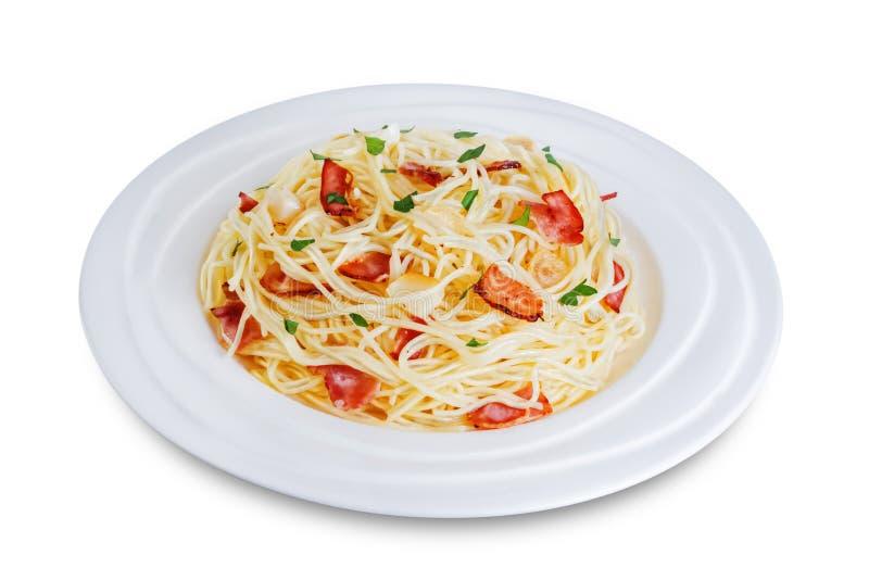 Paste alimentari al prezzemolo di aglio alla pancetta su sfondo bianco isolato immagine stock libera da diritti