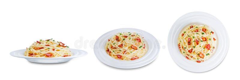 Paste alimentari al prezzemolo di aglio alla pancetta su sfondo bianco isolato fotografia stock libera da diritti