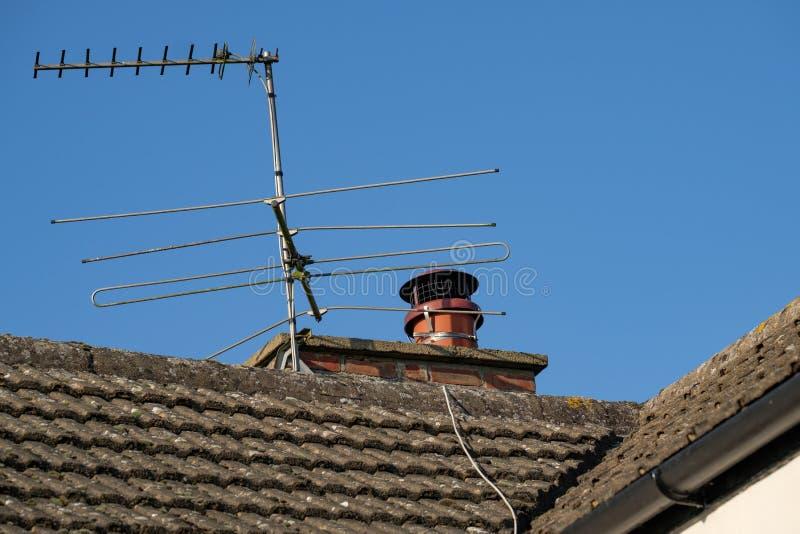 Paste de onlangs gepaste schoorsteenkap aan een gezien schoorsteenpot met een TV-antenne royalty-vrije stock afbeelding