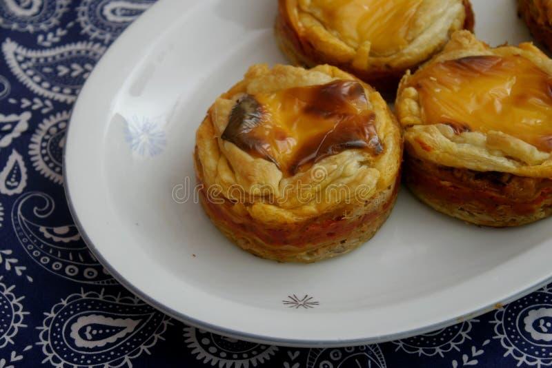 Pastei met kaas en tonijnvissen stock afbeeldingen