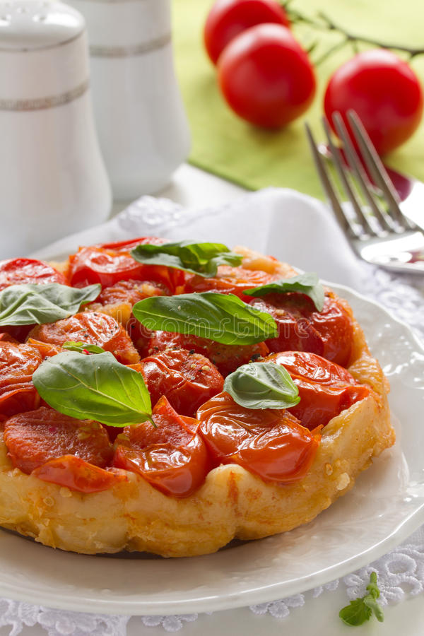 Download Pastei met tomaten. stock foto. Afbeelding bestaande uit kruid - 29508490