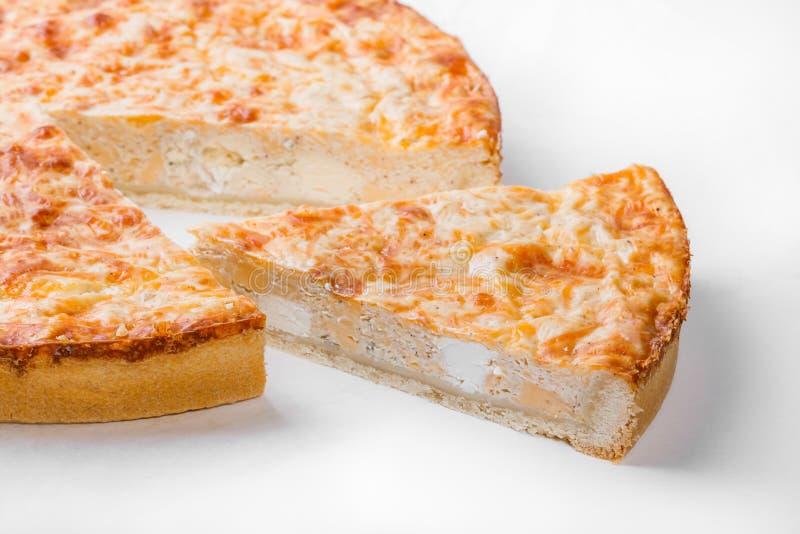 Pastei met verschillende soorten kazen die op witte achtergrond worden geïsoleerd royalty-vrije stock foto