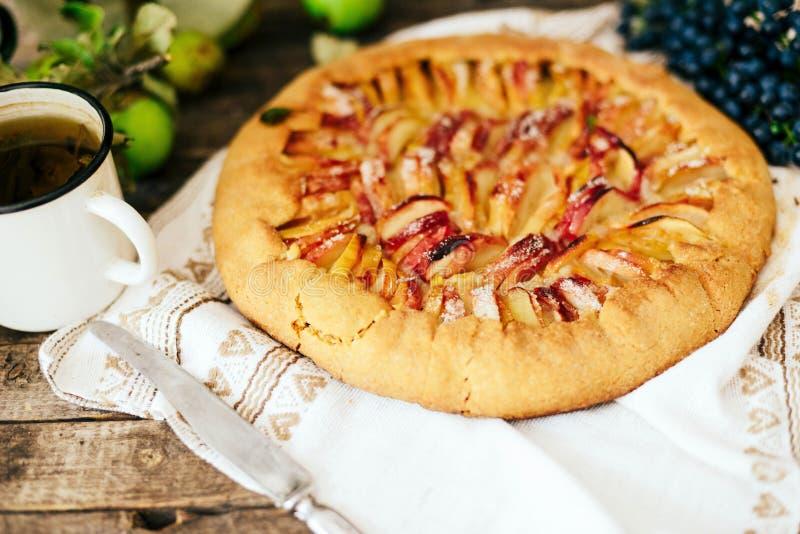 Pastei met vruchten en marsepein Pastei met verse peer en appelen A royalty-vrije stock afbeelding
