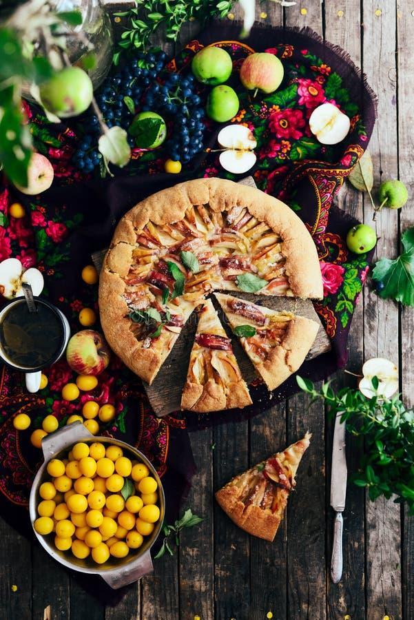 Pastei met vruchten en marsepein Pastei met verse peer en appelen A royalty-vrije stock foto