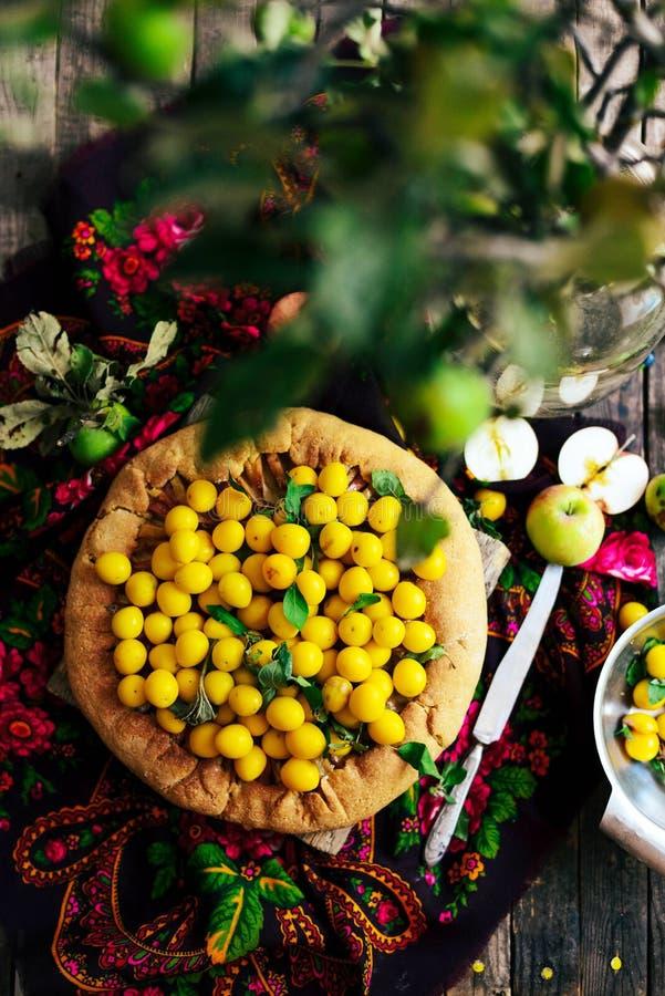 Pastei met vruchten en marsepein Pastei met verse peer en appelen A stock foto