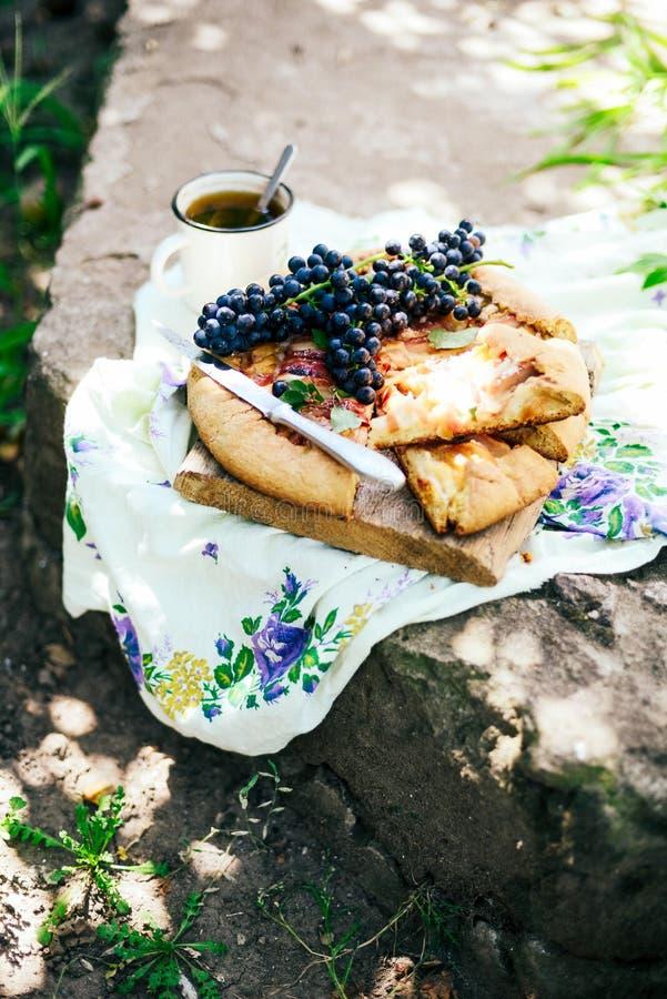 Pastei met vruchten en marsepein Pastei met verse peer en appelen A royalty-vrije stock fotografie