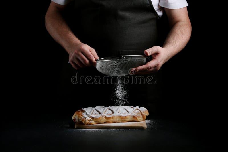 Pastei op dark met hand concept het verfraaien van bakkerij pastei die concept maken royalty-vrije stock afbeeldingen