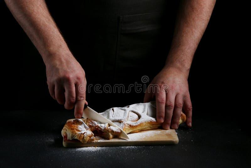Pastei op dark met hand concept het verfraaien van bakkerij pastei die concept maken stock foto