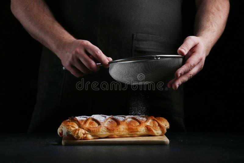 Pastei op dark met hand concept het verfraaien van bakkerij pastei die concept maken royalty-vrije stock afbeelding