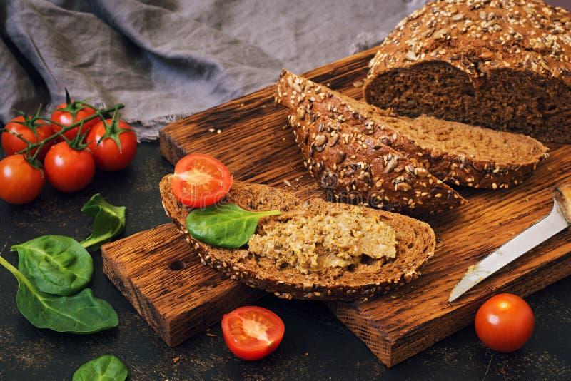 Pastei van de lever met roggebrood, kersentomaten en spinazie stock foto