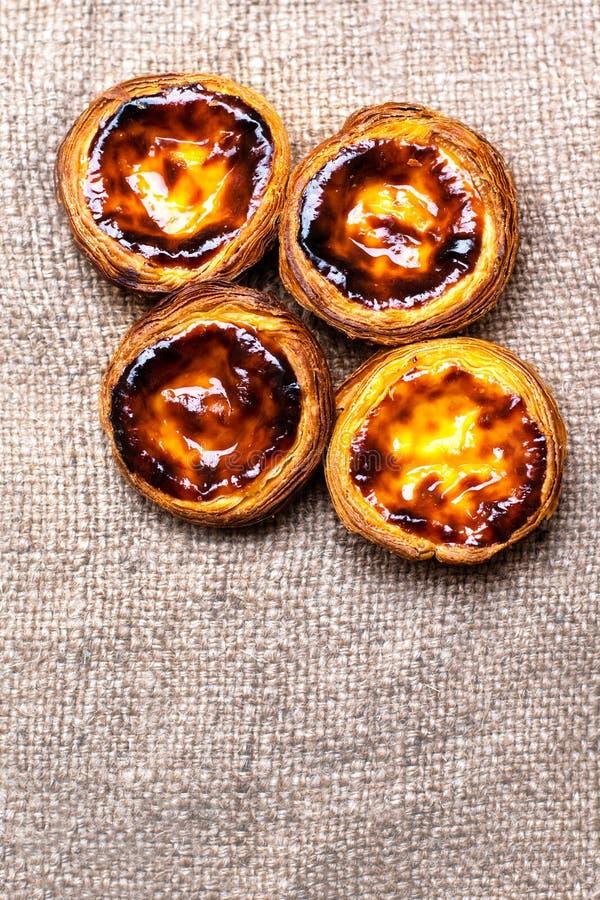 Pasteis de nata, pasticcerie acide dell'uovo portoghese tipico si chiude su fotografia stock libera da diritti