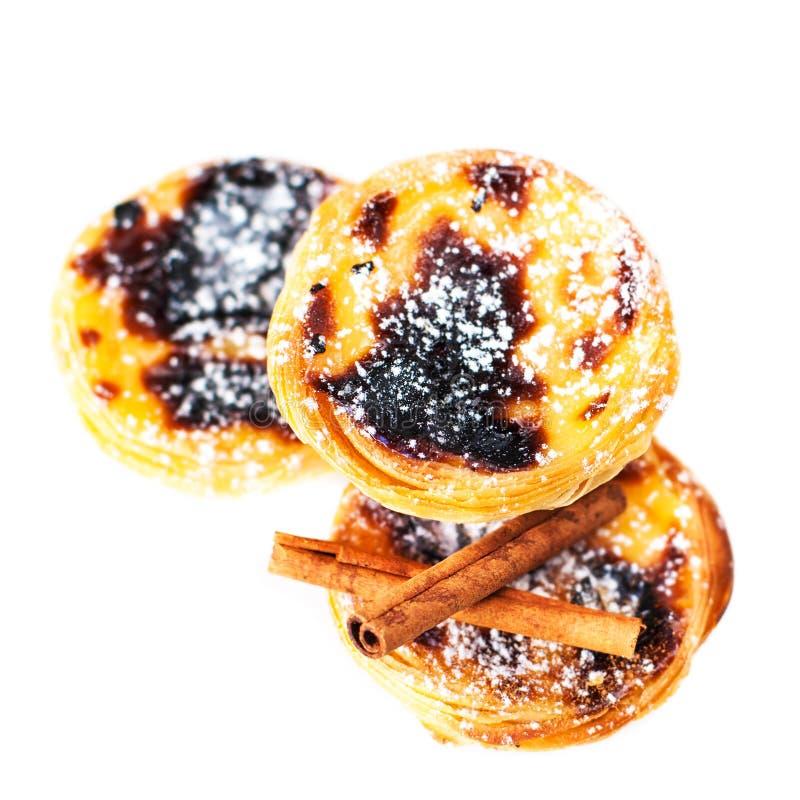 Pasteis de nata, tartas portuguesas típicas del huevo aisladas en blanco foto de archivo libre de regalías